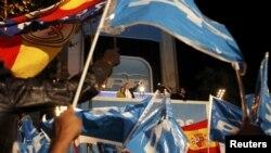 Лидер Народной партии Мариано Рахой машет своим сторонникам. Иллюстративное фото.