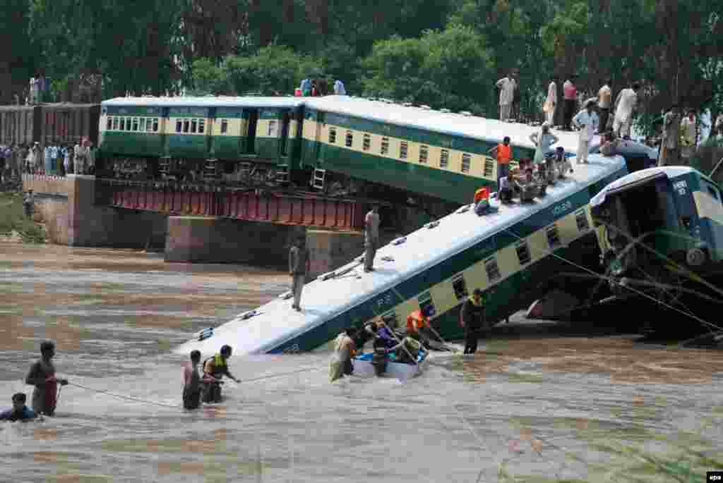 Pakistani security officials rescue passengers after train compartments fell into a canal following the partial collapse of a bridge in Wazirabad in Punjab Province. The train was carrying soldiers. At least 12 people were killed, including a lieutenant colonel. More than 80 were saved by rescuers. (epa/Khurram Khan)
