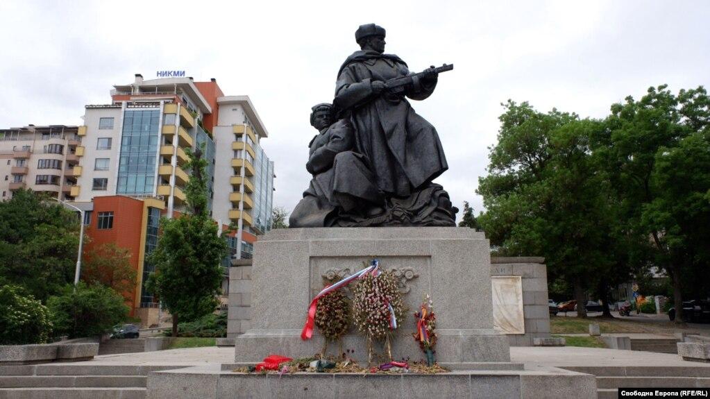 Пам'ятник «радянським визволителям» в одному з парків столиці Болгарії