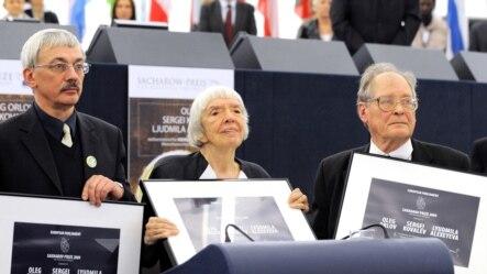 Oleg Orlov, Liudmila Alekseieva și Serghei Kovaliov în 2009 la Strasbourg la înmînarea Premiului Saharov