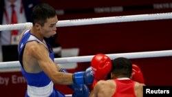 Сәкен Бибосынов жартылай финалда ұлыбританиялық Джамал Яфаймен бокстасып жатыр. Токио, 5 тамыз 2021 жыл.