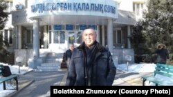 """Тыйым салынған """"ҚДТ қызметіне қатысты"""" деп айыпталған Болатхан Жүнісов. Талдықорған, 22 ақпан 2019 жыл."""