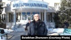 68-летний житель Талдыкоргана Болатхан Жунусов возле суда города Талдыкоргана, в котором рассматривается его дело по обвинению в участии в запрещенном движении ДВК. 22 февраля 2019 года.
