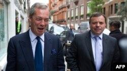 Найджел Фараж (один из руководителей кампании по Брекзиту) и Аррон Бэнкс (справа).