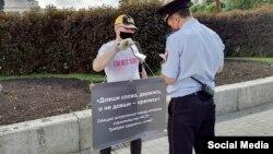 Активист Рустем Кадыров во время одиночного пикета