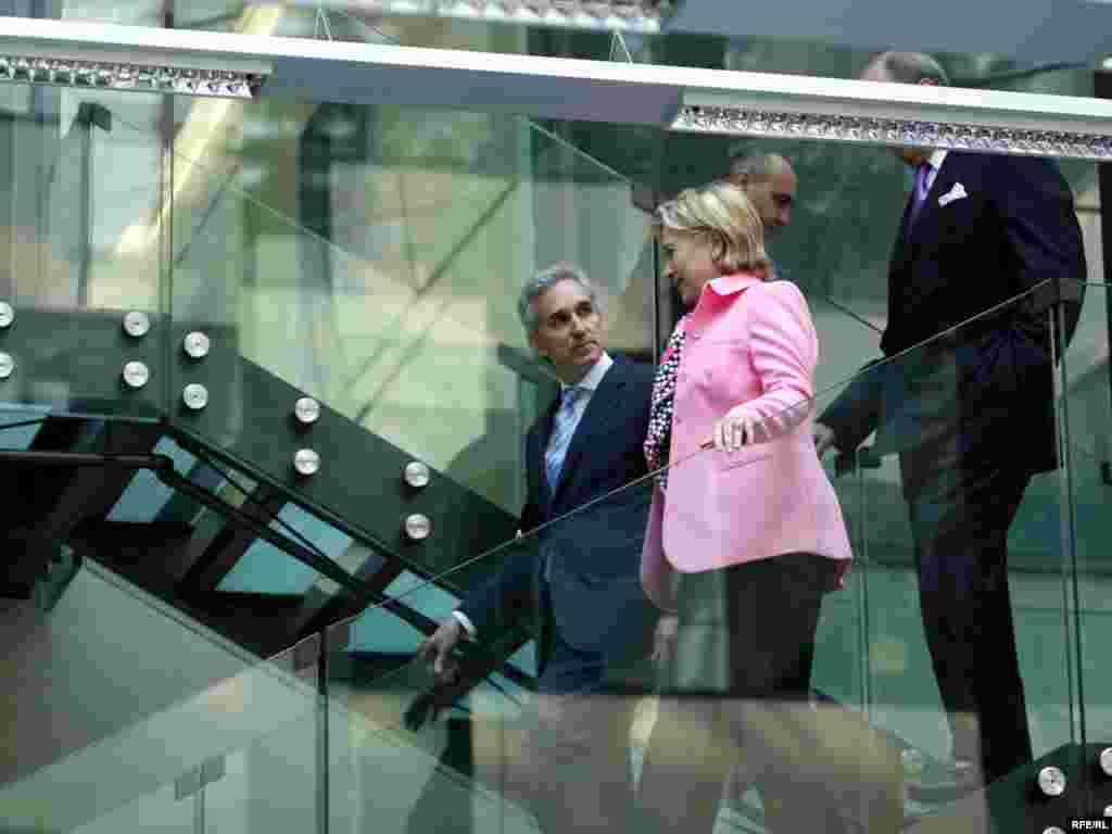 Президент Радио Свобода/ Радио Свободная Европа Джеф Гедмин приветствует Хиллари Клинтон в новом здании Радио Свобода в Праге