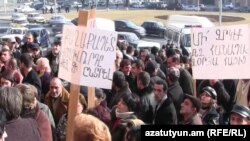 Armenia -- Street traders demonstrate outside the Yerevan municipality, 19Jan2011.