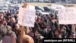Մանրածախ առեւտրականները բողոում են Երեւանի քաղաքապետարանի դիմաց, 19 հունվար, 2001