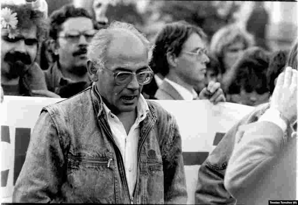 """Журналистът от БНТ Димитър Езекиев на шествието на """"Екогласност"""".Димитър Езекиев (1934-2008) е съучредител на Обществения комитет за екологична защита на Русе (1988), депутат в Седмото Велико народно събрание от СДС (1990-1991) и съавтор на конституцията."""