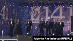 На сцене экс-мэры Бишкека Нариман Тюлеев, Иса Омуркулов и действующий градоначальник Азиз Суракматов.