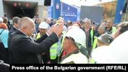 Бойко Борисов с работници на сръбския участък на транспортен коридор 10