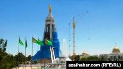 Подготовка к демонтажу Арки Нейтралитета с золотой статуей бывшего президента Туркменистана Сапармурата Ниязова. Ашгабат, 22 июля 2010 года.