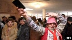 По данным Генпрокуратуры Армении, на некоторых участках избиратели размахивали не только паспортами