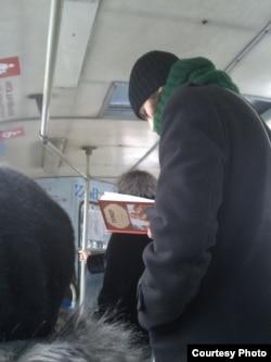 В макеевских троллейбусах читают Гомера (фото автора)