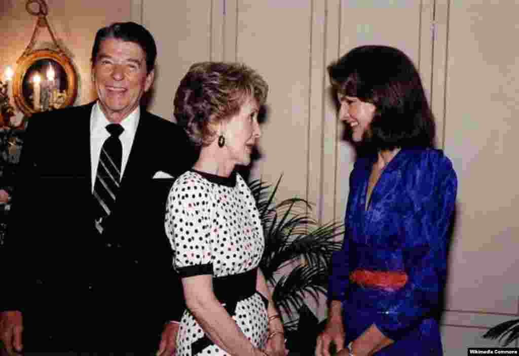 Первая леди Нэнси Рейган и бывшая первая леди США Жаклин Кеннеди. 24 июня 1985 года