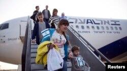 Репатріанти з України в аеропорту Тель-Авіва, 30 грудня 2014 року. За словами Зеєва Елькіна, після подій лютого-березня 2014 року і початку війни в Донбасі потік українських репатріантів зріс, проте зараз він дещо зменшився