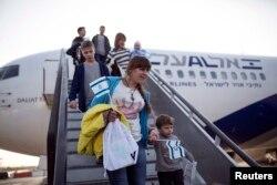 Еврейские беженцы с востока Украины сходят с трапа самолета в аэропорту им. Бен-Гуриона. 30 декабря 2014 года