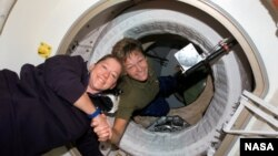 Американский астронавт Пегги Уитсон (справа) (архивное фото)