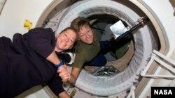 Peggy Whitson (sağda) BKS-da onu əvəzləyəcək astronavt Pam Melroy-u salamlayır. 2007