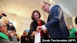 Оппозиционный кандидат Григол Вашадзе голосует на участке в день второго тура президентских выборов.