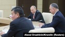 Vladimir Putin, Igor Dodon și Sooronbai Jeenbekov la 26 decembrie 2017, la o reuniune a șefilor de state CIS, lîngă Moscova