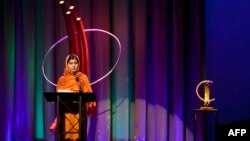 """Aktivistja pakistaneze, Malala Yousafzai duke mbajtur fjalim pasi është nderuar nga """"Clinton Global Awards"""", 25 shtator 2013"""