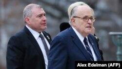 در این تصویر از دسامبر ۲۰۱۸ رودی جولیانی (نفر اول از راست) و لو پارناس در مراسم درگذشت جرج بوش پدر دیده میشوند.
