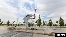 کارگری در حال کندن قبر برای یکی از قربانیان ناشی از ابتلا به ویروس کرونا