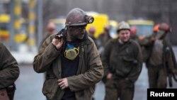Шахтарі виходять з шахти ім. Засядька у день, коли там стався вибух, 4 березня 2015 року