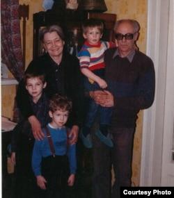 Зоя Крахмальникова и Феликс Светов с внуками Филиппом, Тимофеем и Тихоном Дзядко