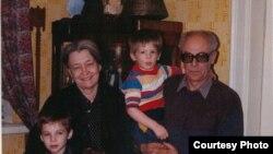 Зоя Крахмальникова и Феликс Светов с внуками