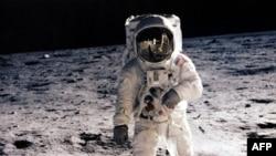 АКШнын космонавты Эдвин Алдрин, Ай, 20.07.1969.