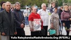 Минулого року першотравневий мітинг лівих сил у Дніпропетровську, який відбувся біля Театру опери та балету, зібрав близько трьох десятків учасників, їх охороняли приблизно вдвічі більше співробітників поліції (фото 1 травня 2016 року)