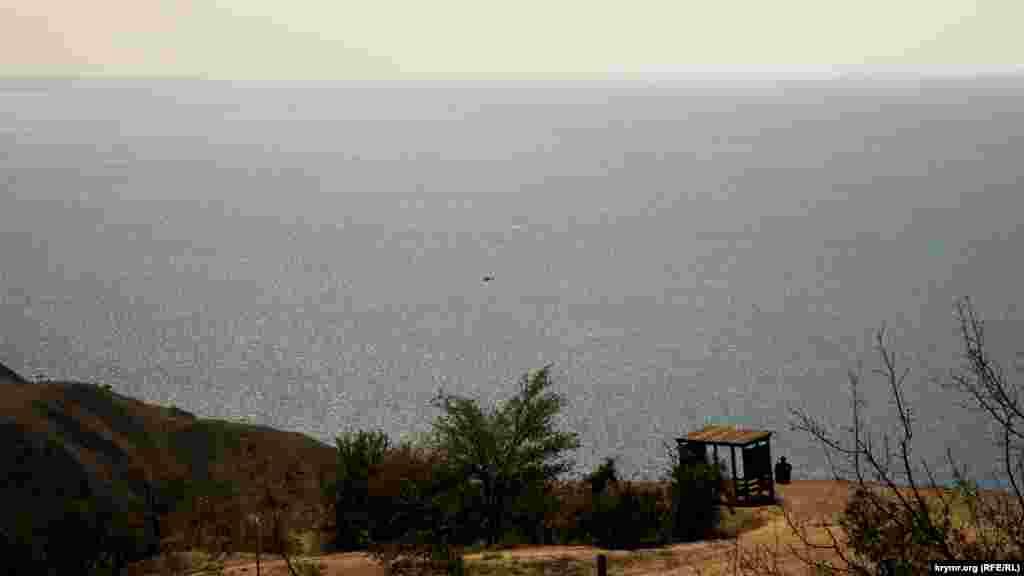 Наивысшая из ее вершин – Кара-Оба – достигает высоты 670 метров.Со стороны моря на горе можно найти три родника. Но в засушливые годы, как этим летом, воду можно набрать только на одном из них