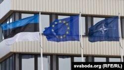 Drapelule eston, alături de cele ale UE și NATO la Tallin.