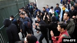 Тегеран университеті маңында полиция жасағымен қақтығысып қалған студенттер. Иран, 30 желтоқсан 2017 жыл.