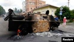 Сгоревший БМП самопровозглашенной Донецкой народной республики в Мариуполе