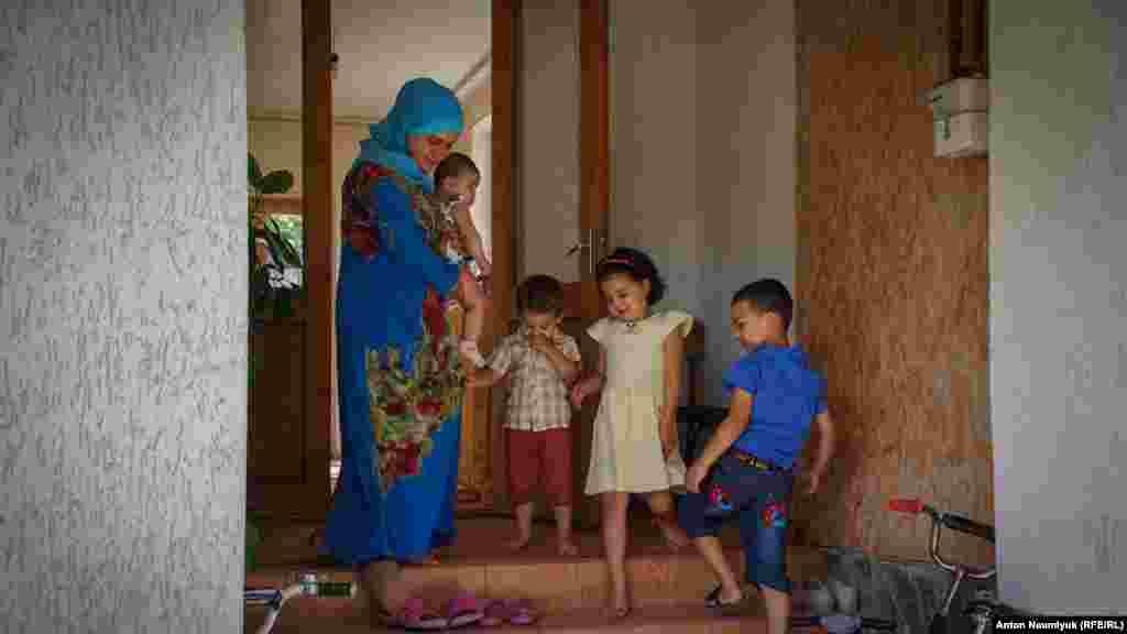 Дружина Сервера Мустафаєва Майє з чотирма дітьми