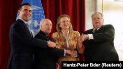 Министерот Димитров, медијаторот Нимиц, австриската министерка за надворешни работи Карин Кнејсл и министерот Коѕијас во Виена.