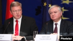 Armenia - Foreign Minister Edward Nalbandian (R) and EU Enlargement Commissioner Stefan Fuele at a joint news conference in Yerevan, 13Sep2013.