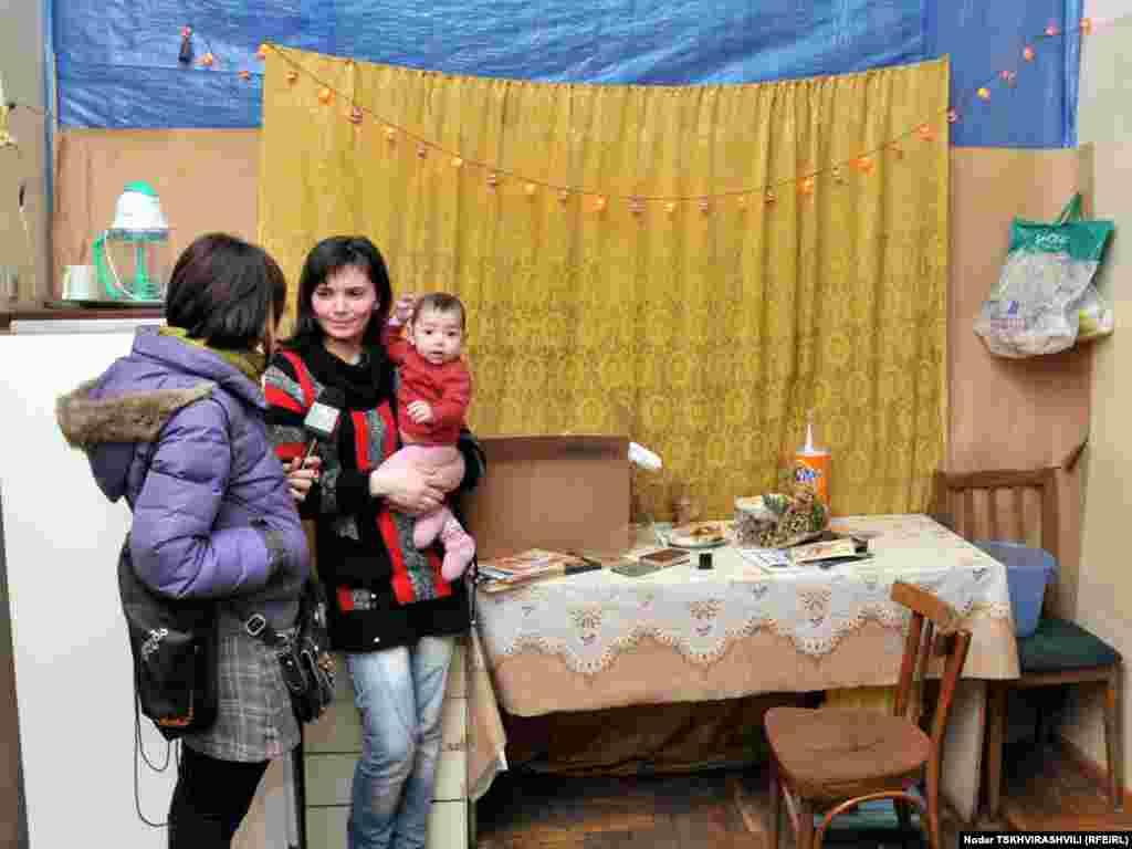 დევნილი დედა-შვილი რადიო თავისუფლების კორესპონდენტთან საუბრისას, 13 იანვარი