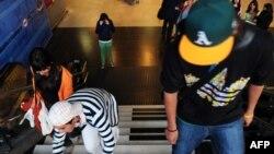 Чили астанасы Сантьяго метросындағы станциялардың бірінде келе жатқан жастар. (Көрнекі сурет)