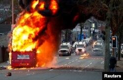 Një autobus i djegur në Belfast gjatë trazirave të 7 prillit, 2021.