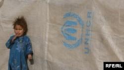 Աֆղանստանցի փախստական աղջնակը ՄԱԿ-ի Փախստականների հարցով հանձնակատարի (UNHCR) ճամբարում սպասում է, մինչև նրա մայրը մարդասիրական օգնություն կստանա, Քաբուլ, արխիվ