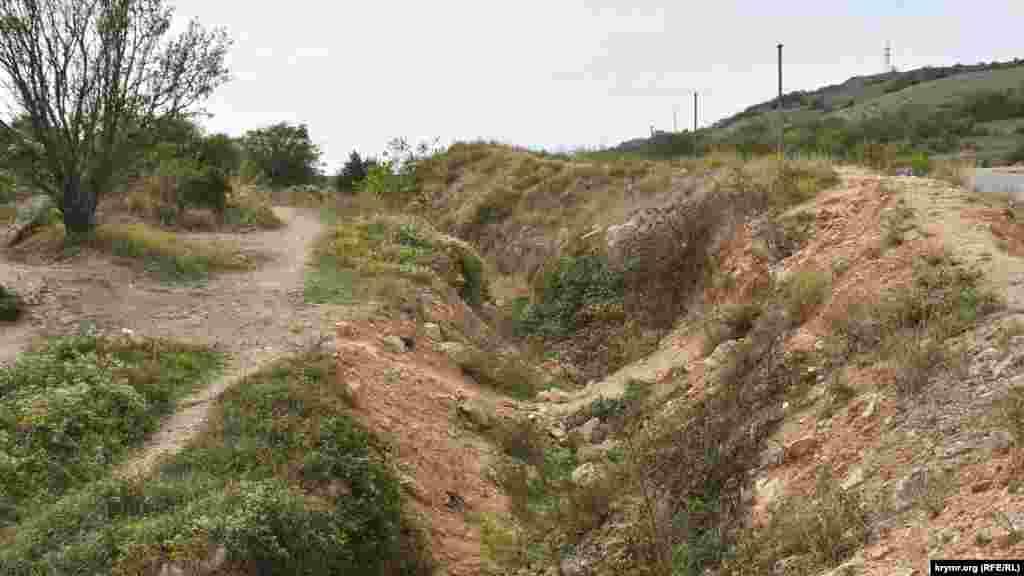 З боку дороги по верху кар'єра викопаний рів, щоб не можна було під'їхати на автівці