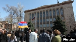 Акция протеста перед зданием Конституционного суда Армении, 2 апреля 2014 г.
