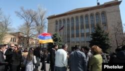 Քաղաքացիները ՍԴ-ի դիմաց սպասում են բարձր դատարանի որոշմանը կուտակային կենսաթոշակների վերաբերյալ, 2-ը ապրիլի, 2014թ.