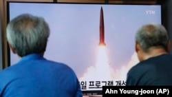 Հարավային Կորեա - Սեուլում դիտում են Հյուսիսային Կորեայի կողմից հրթիռի արձակման մասին հեռուստառեպորտաժը, 6-ը օգոստոսի, 2019թ․