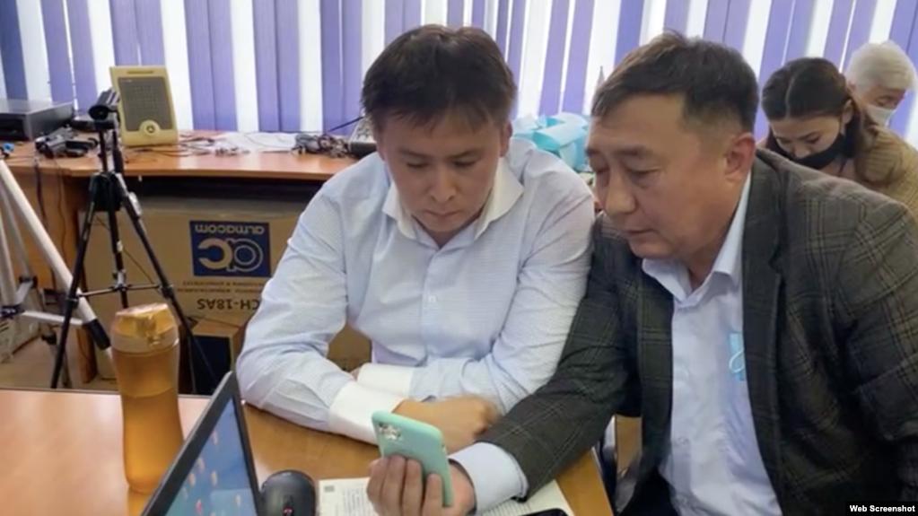 Активист Жанболат Мамай (слева) и адвокат Галым Нурпеисов во время онлайн-процесса. Алматы, 14 мая 2021 года