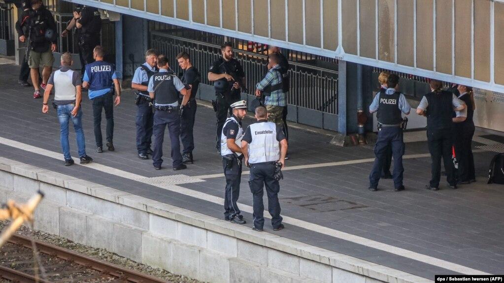 В Германии совершено нападение с ножом в поезде, двое пострадавших